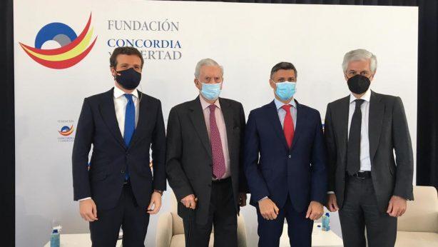Leopoldo López en un foro junto a Vargas Llosa